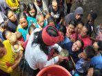 warga-desa-sukadana-lombok-timur-berebut-air-bekas-mencuci-senjata-pusaka.jpg
