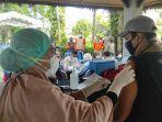 warga-mendapatkan-suntikkan-vaksin-di-kawasan-senggigi-lombok-barat.jpg