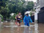 warga-saat-mengevakuasi-barang-barangnya-dari-rumah-akibat-banjir.jpg