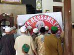 warga-yang-menamakan-diri-umat-islam-ntb-menyampaikan-aspirasi-usai-salat-dzuhur.jpg