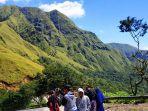 wisatawan-lokal-menikmati-pemandangan-di-puncak-sembalun.jpg