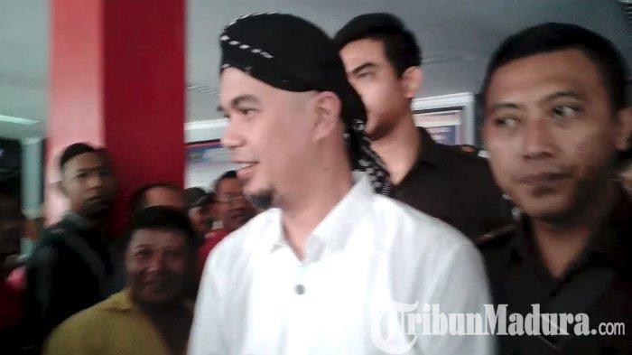 Tertatih saat Berangkat Sidang,Ahmad Dhani MengakuMenderita Asam Urat, Kambuh di Tahanan
