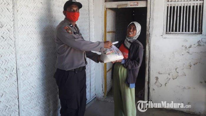Bhabinkamtibmas Desa Padelegan Pamekasan Beri Bantuan Paket Sembako untuk Warga Terdampak Covid-19