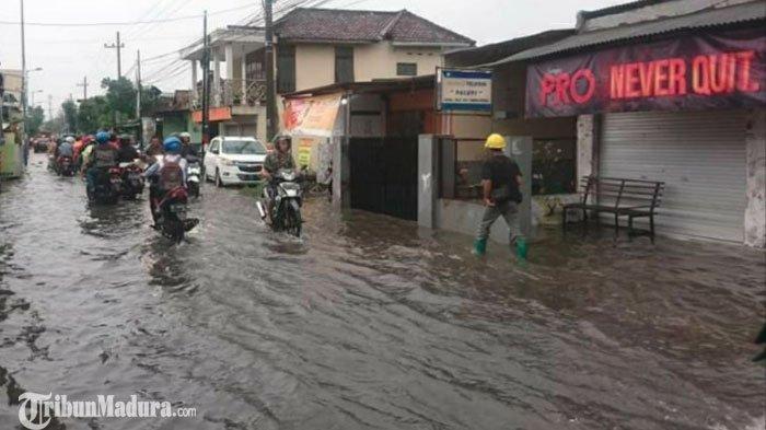 Sejumlah Ruas Jalan di Wilayah Sidoarjo Kebanjiran usai Diguyur Hujan, Ketinggian Air Capai 30 cm