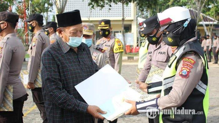 Kapolres Sampang AKBP Abdul Hafidz menyerahkan 11 sertifikat rumah di perumahan Griya Bhayangkara tahap I kepada anggota Polres Sampang, Senin (22/02/2021).