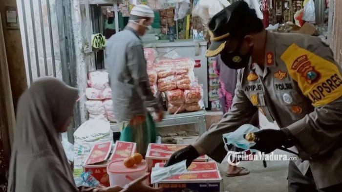 Kapolres dan Dandim Pamekasan Bagikan 2000 Masker Gratis di Pasar Blumbungan, Ajak Disiplin Prokes