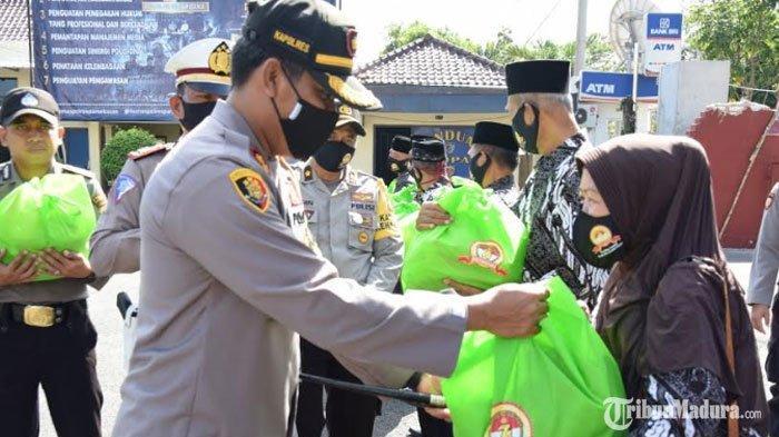 Sambut HUT Bhayangkara ke-74, Polres Pamekasan Beri Paket Sembako ke Pensiunan Polri dan Warakawuri