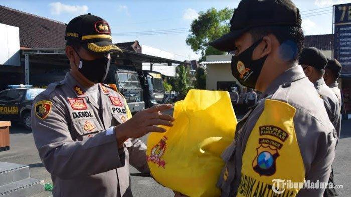 Polres Pamekasan Berikan Sembako ke Fakir Miskin dan Purnawirawan, SambutHUT Bhayangkara ke-74
