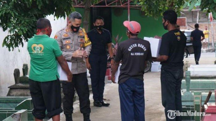 Hari Pahlawan, Para Penggali Kubur Jenazah Pasien Covid-19 di Kota Blitar Dapat Bansos dari Polisi