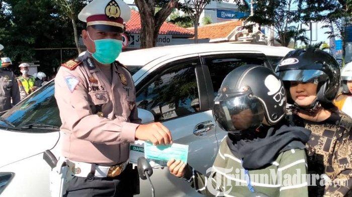 Satlantas Polres Pamekasan Bagikan Ratusan Hand Sanitizer dan Masker Gratis kepada Pengguna Jalan