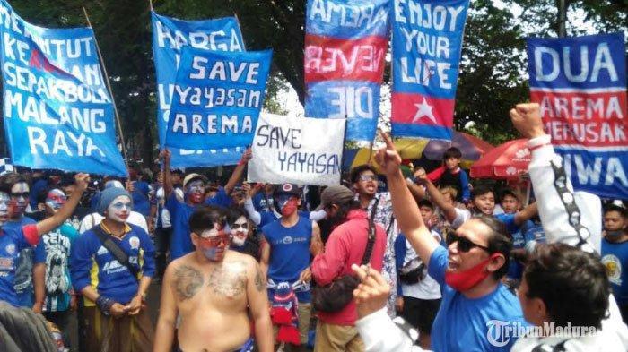 Aksi Aremania di depan Balai Kota Malang, Senin (16/11/2020) pagi.