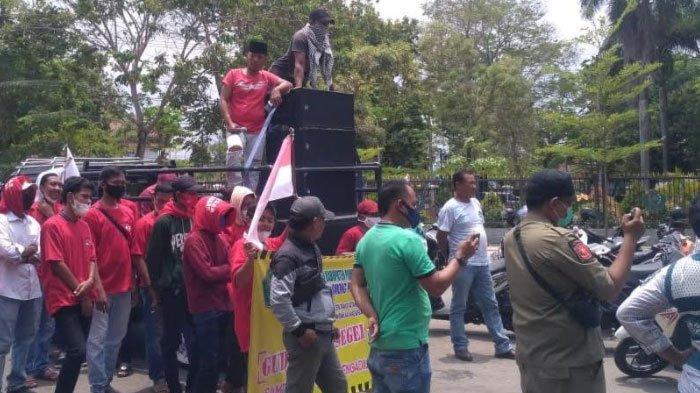 Demo LSM di Arek Lancor Pamekasan, Massa Desak Pengambil Contoh Tembakau Lebihi Aturan Diproses