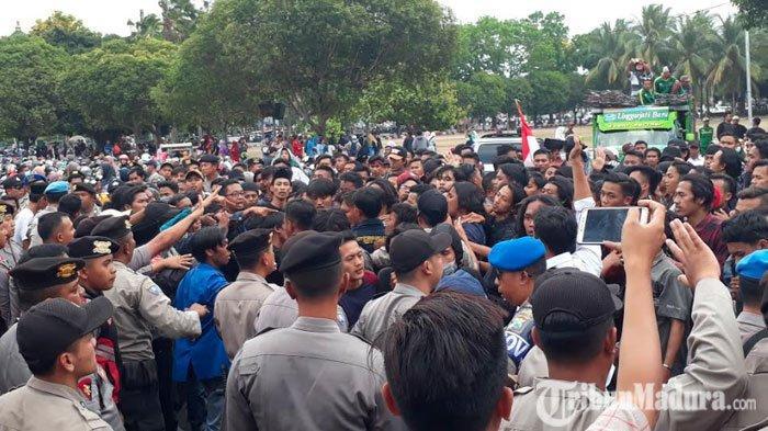 Aksi Demo Massa PMII di Jember Diwarnai Kericuhan, PagarKantor Pemkab Roboh akibat Saling Dorong