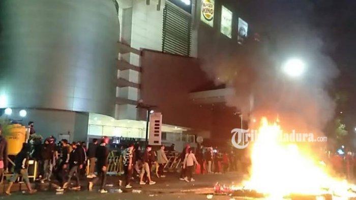 Unjuk Rasa Makin Rusuh, Massa Penolak Omnibus Law di Surabaya Bakar Water Barrier dan Pos Polisi