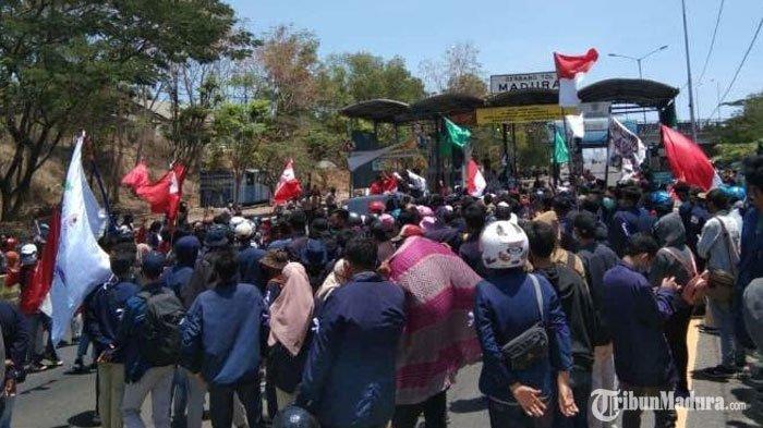 aksi menolak UU Cipta Kerja di pintu masuk Jembatan Suramadu sisi Madura, Selasa (13/10/2020).