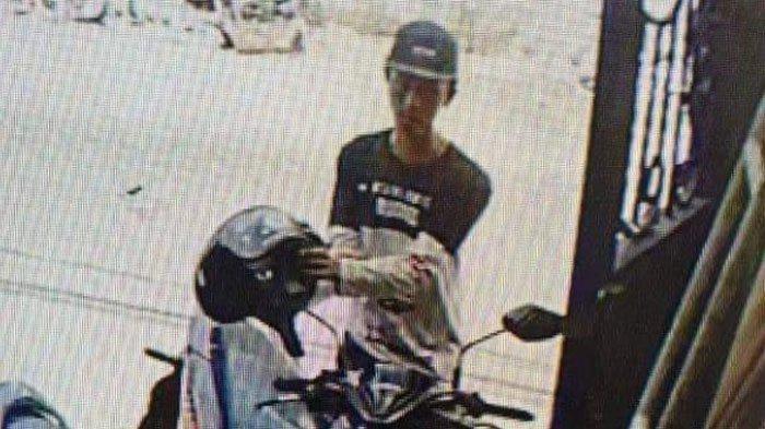 CCTV Rekam Aksi Dua Maling Gasak Helm Karyawan Bengkel, Simak Kronologi Pencuriannya