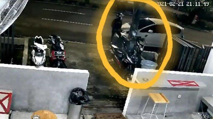 Pulang Ngopi, Wanita ini Kaget Motor Kesayangannya Raib, 2 Pria Bermotor Muncul dalam Rekaman CCTV