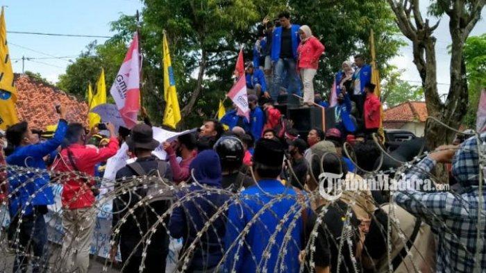 Aksi penolakan terhadap pengesahan Omnibus Law UU Cipta Kerja kembali terjadi di Kabupaten Sumenep, Senin (12/10/2020).