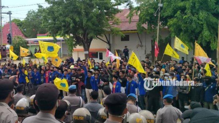BREAKING NEWS: Mahasiswa PMII dan GMNI Sumenep Gelar Unjuk Rasa Menolak UU Omnibus Law Cipta Kerja