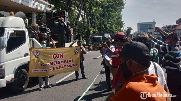 BREAKING NEWS - Puluhan Driver Ojek Online di Jawa Timur Gelar Aksi Protes di Depan Kantor OJK
