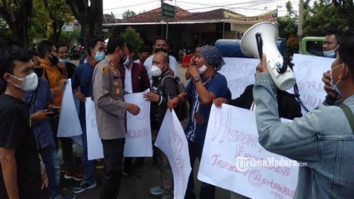 Gelar Aksi Solidaritas, Jurnalis Sumenep Desak Polisi Tangkap Penganiaya Wartawan Tempo di Surabaya