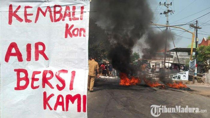 Warga Desa Baujeng Blokir Jalan Alternatif Bangil-Pandaan, Protes Sungai Tercemar Limbah Perusahaan