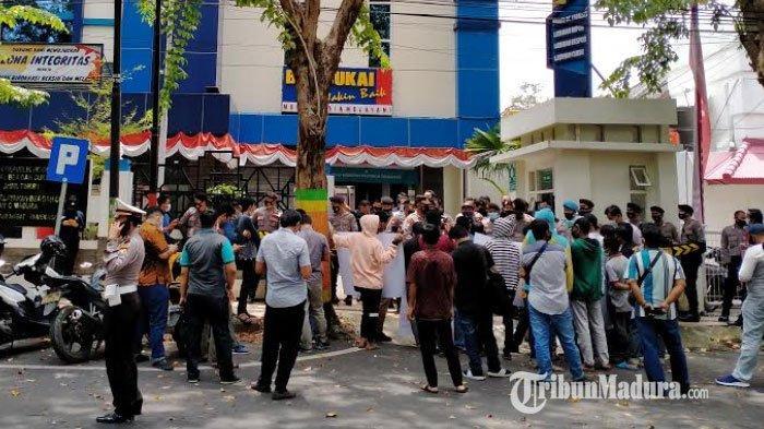 Komad Demo Kantor Bea Cukai Madura, Bongkar Mafia Cukai yang Diduga Kongkalikong dengan Bea Cukai