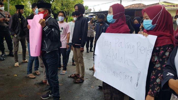 Aktivis mahasiswa yang tergabung dalam Gempar Sumenep melakukan unjuk rasa di depan Mapolres Sumenep, Senin (8/3/2021)
