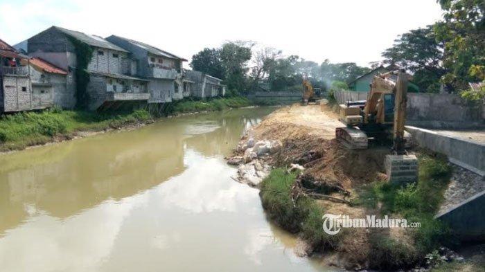 Pengendalian Banjir di Sampang Kembali Digenjot, Pemasangan Sheet Pile Sungai Kemuning Dilanjutkan