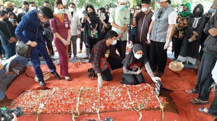 Suasana Pemakaman Pramugara Okky Bisma Korban Pesawat Sriwijaya Air Jatuh, Tangis sang Istri Pecah