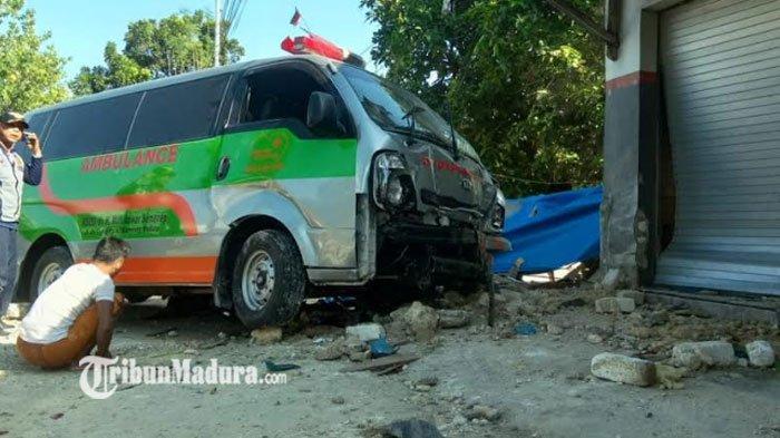 Ambulans Tabrak Warung dan Toko Hingga Hancur di Sampang, Diduga Sopir Ngantuk Usai Antar Pasien