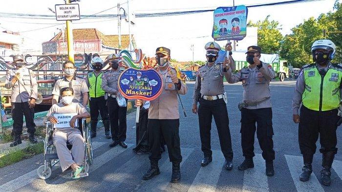 Edukasi Pentingnya Kesehatan, Polres Pamekasan Gelar Teatrikal Pocong dan Keranda di Jalan Jokotole