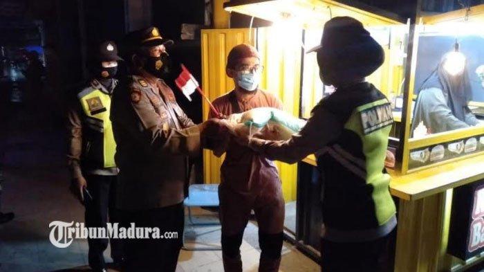 Polres Pamekasan Lakukan Patroli Skala Besar, Sosialisasi Prokes Sambil Bagikan Sembako ke Warga