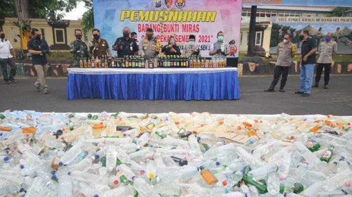 Sebanyak 4.696 Botol Miras Hasil Operasi Pekat Semeru Polrestabes Surabaya Dimusnahkan