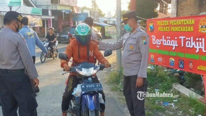 Ramadan 2021, Polsek Pegantenan Pamekasan Bagi-Bagi Takjil dan Masker Gratis ke Para Pengendara