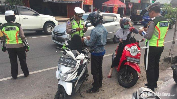 Pengemudi Kendaraan yang Merokok Sambil Berkendara di Jalanan Akan Ditilang Mulai Awal Mei 2019