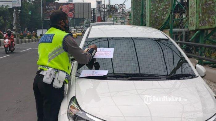 Puluhan Pengemudi Mobil di Kota Malang Ditindak, Kedapatan Parkirkan Kendaraan di Atas Jembatan