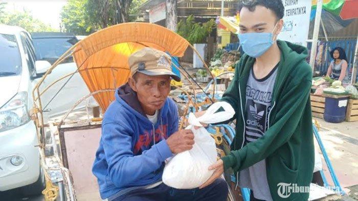 Sivitas Khoteka Pamekasan Bagikan Paket Sembako Gratis saat Bulan Ramadan, Sasar Para Tukang Becak