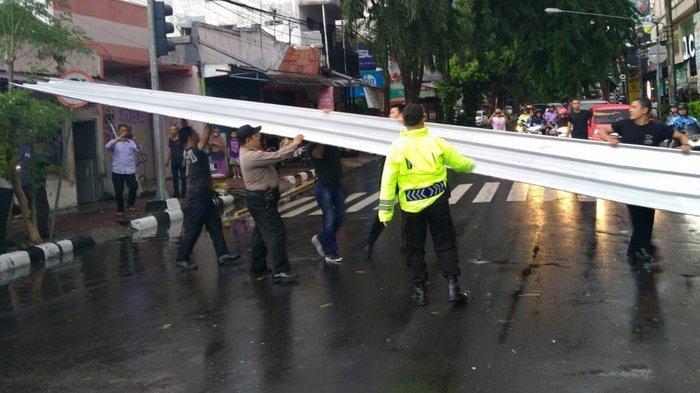 Angin Puting Beliung Terjang Kediri Mall, Atap Galvalum Beterbangan dan Hentikan Pengendara Jalan