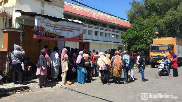 Prosesi Pencairan Bantuan Sosial Tunai diKantor Pos Kebun Rojo Surabaya Diwarnai Kerumunan Warga