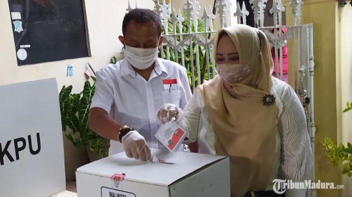 Ditemani Istri dan Anak, Armuji Beri Hak Suara Pilkada Surabaya 2020 di TPS 21 Ngagel Mulyo