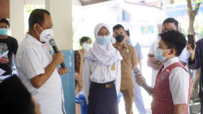 Ikuti Kebiasaan Presiden, Wakil Wali Kota Surabaya Beri Hadiah kepada Pelajar yang Menjawab Kuisnya