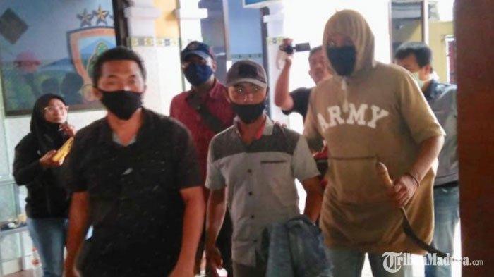 AS (32) warga Kedungdoro, Kecamatan Kunir, Kabupaten Lumajang, saat menjalani pemeriksaan,Selasa (13/10/2020).