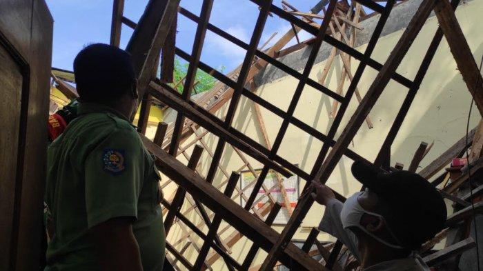 Diguyur Hujan Deras dan Bangunan Rusak Selama 3 Tahun, Atap Bangunan SDN 1 Babadan Ponorogo Ambruk