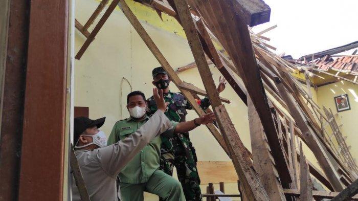 BREAKING NEWS - Seusai Hujan Deras, Atap Bangunan SDN 1 Babadan Ponorogo Ambruk