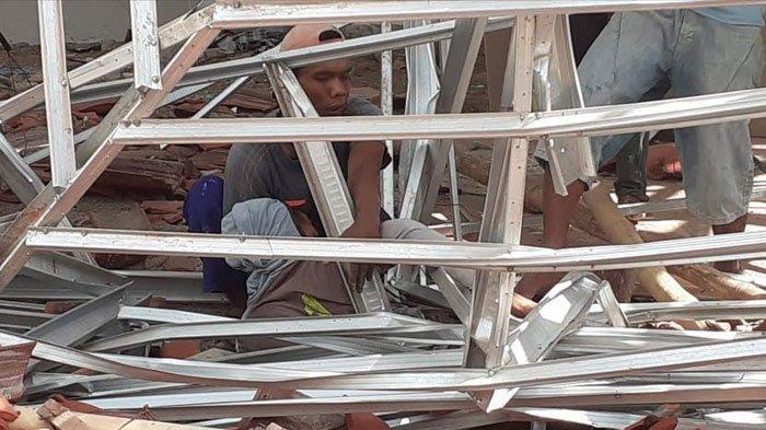 Pendapa Kantor KelurahanSumbersariJember Roboh, Seluruh Atap Bangunan Ambruk, Tak Ada Korban Jiwa
