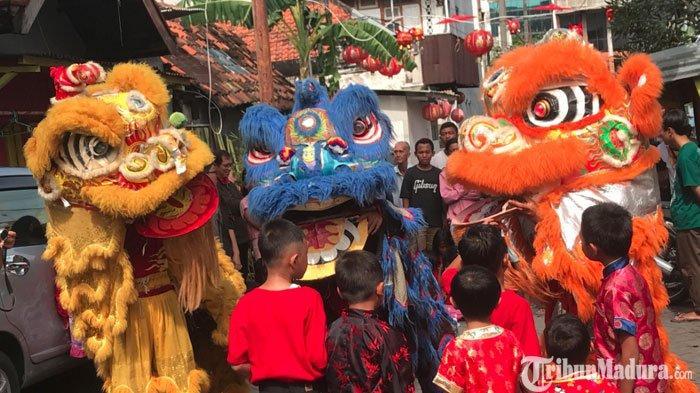 Tahun Baru Imlek, 3 Barongsai Beraksi Hibur Wargadi Kampung Pecinan Tambak Bayan Surabaya