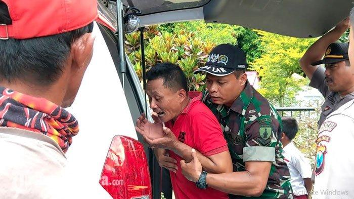Potret Haru Ayah di Trenggalek Lihat Tubuh Anak Dibawa Masuk ke Ambulans, Wajahnya Penuh Air Mata