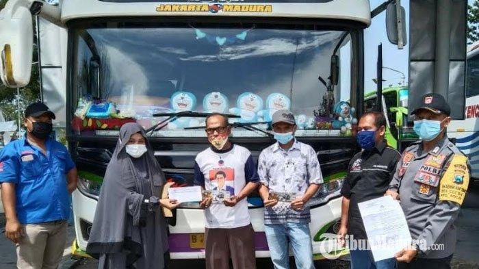 Bagikan Masker di Terminal Bangkalan, Polisi Ini Malah Disambati Kakek yang Tak Sanggup Beli Tiket