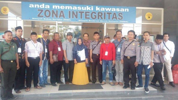 Ratusan Bakal Calon Kepala Desa Pilkades Serentak Sampang MaduraIkut Tes Urine diKantor BNNP Jatim